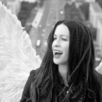 Alanis Morissette es un ángel en su nuevo videoclip