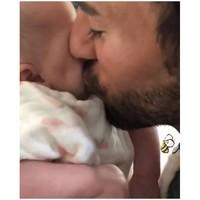 Enrique Iglesias se come a besos a su bebé