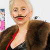 Gaga estrena Gypsy en Berlín con bigote y piano