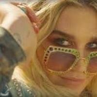 Kesha casa a dos fans en su último video
