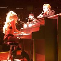 Lady Gaga canta con Bono de U2 en ropa interior