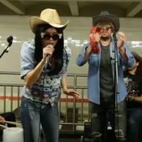 Miley Cyrus de incógnito en el metro con Jimmy Fallon