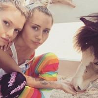 Miley Cyrus se da el lote con Stella Maxwell