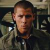 Nick Jonas mecánico en el video de 'Levels'