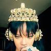 Rihanna escucha 'Anti' con cascos de oro y perlas