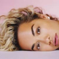 Rita Ora estrena 'Falling to pieces' con base de trompetas
