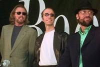 Robin Gibb retorna a los estudios de grabación, sin los Bee Gees, para realizar dúo