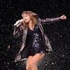 Taylor Swift cantando bajo la lluvia de Nueva Jersey